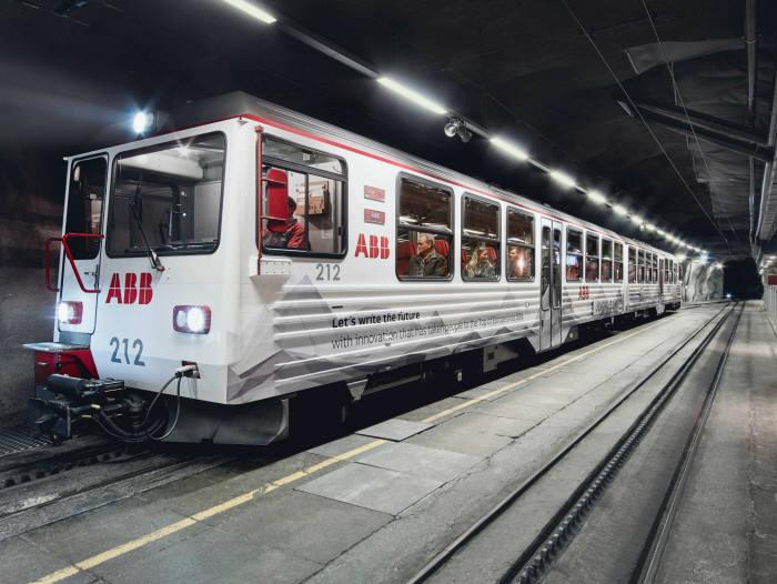 스위스 알프스 융프라우요흐역에 도착한 ABB 전기기차 (제공=ABB)