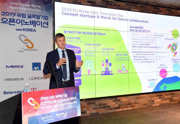 글렌 영 한국머크 대표가 27일 서울 강남 한화드림플러스에서 열린 2019 유럽 글로벌기업 오픈 이노베이션 with Korea에서 오픈 이노베이션에 대해 발표하고 있다. (사진=한국머크)