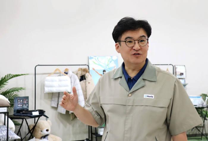 박성윤 휴비스 연구소장이 대전에 위치한 휴비스 R&D센터에서 주력 제품인 열접착섬유(LMF)에 대해 설명하고 있다.