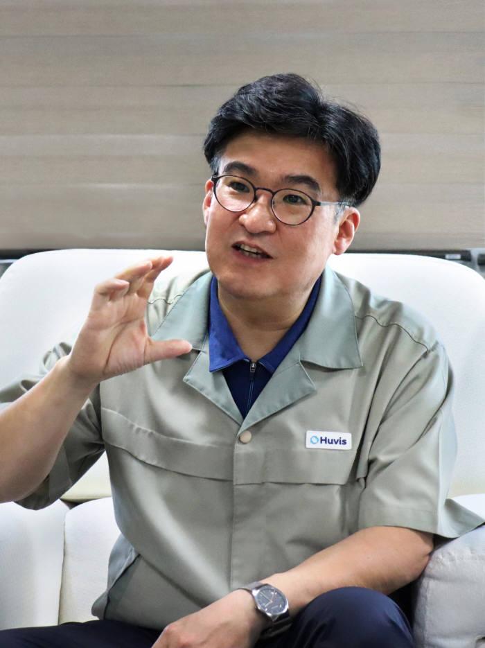 박성윤 휴비스 연구소장이 대전 휴비스 R&D 센터에서 제품에 대해 설명하고 있다.