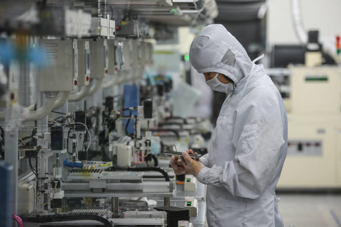 코렌 직원이 생산된 렌즈를 살펴보고 있다.(제공: 코렌)