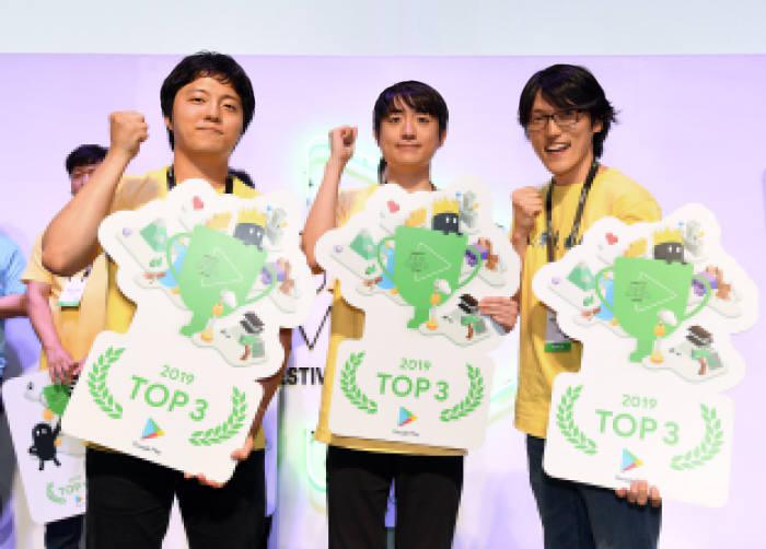 (왼쪽부터) 톱3에 선정된 김종화 핸드메이드 게임 대표, 이유원 반지하게임즈 대표, 박성필 스튜디오 공동대표가 기념촬영을 하고 있다.
