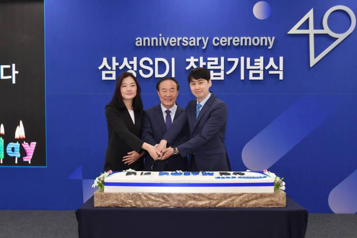 삼성SDI 전영현 사장(사진 가운데)이 직원들과 함께 창립 49주년 기념 케이크를 자르고 있다.