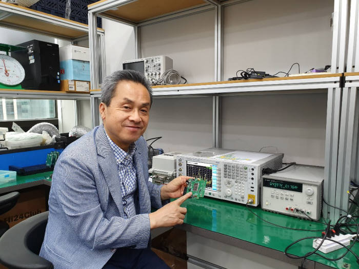 이석규 뉴라텍 대표가 자사 와이파이 칩이 탑재된 모듈을 소개하고 있다.