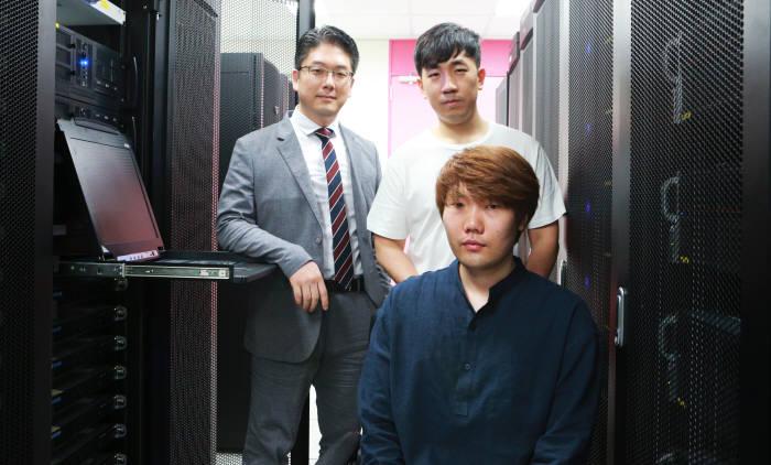 DGIST 정보통신융합전공 김민수 교수(왼쪽)와 남윤민 박사과정생(오른쪽 위), 한동형 박사과정생