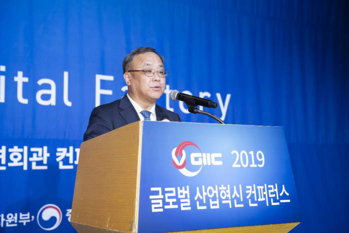 이상진 한국표준협회장이 5일 서울 영등포구 전경련회관 콘퍼런스센터에서 열린 한국표준협회 2019 글로벌 산업혁신 콘퍼런스에서 개회사를 하고 있다.