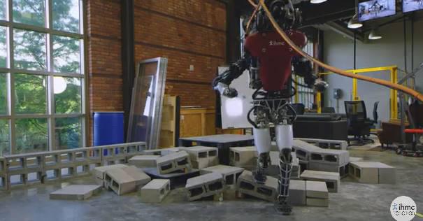 불규칙한 지형을 통과하는 아틀라스 로봇. <사진=IHMC연구소 영상 갈무리>