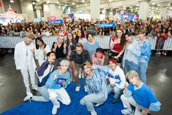 K라이프스타일을 경험할 수 있는 케이콘 컨벤션장을 찾은 K팝 아티스트 ATEEZ.