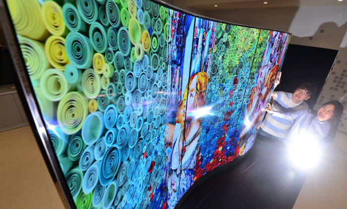 우리나라가 LCD에 이어 OLED 세계 시장을 주도하고 있지만 핵심 소재 외산 의존은 여전하다는 지적이다. 사진은 대형 OLED TV용 패널.