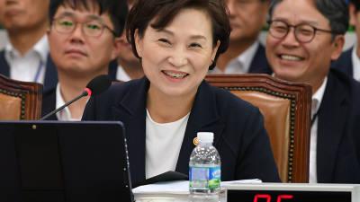 실소 머금은 김현미 장관