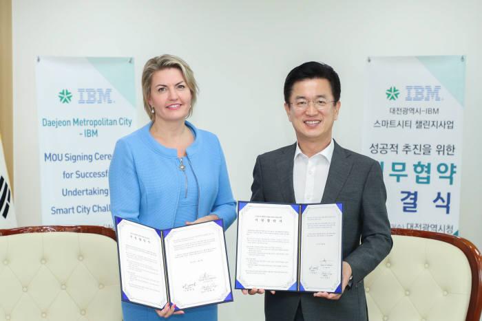 대전시와 IBM이 스마트시티 챌린지사업 성공적 추진을 위한 업무협약을 체결했다. 왼쪽부터 리안 반 벨드이젠 IBM 아태지역본부 부사장과 허태정 대전시장. 한국IBM 제공