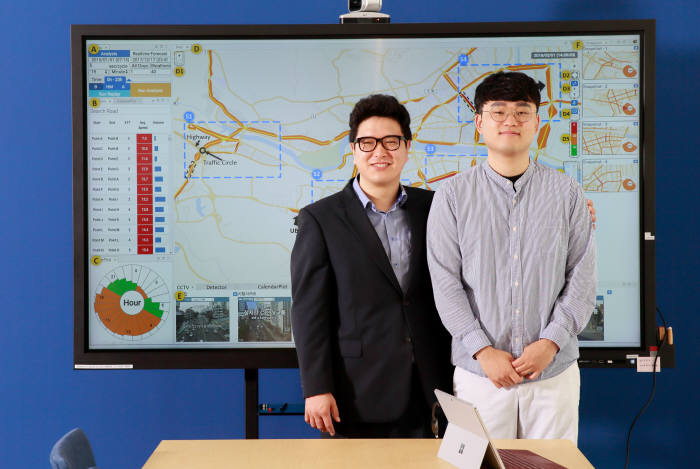AI 기반 교통데이터 분석예측시스템을 개발한 고성안 교수(왼쪽)와 이충기 연구원.