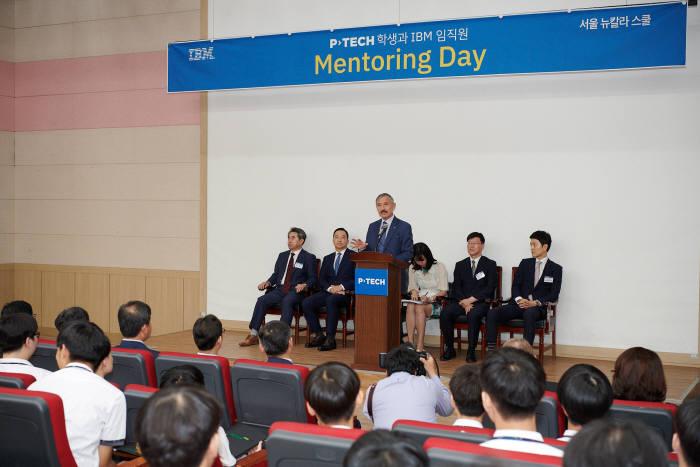 서울 세명컴퓨터고 강당에서 서울 뉴칼라 스쿨 학생과 한국IBM 임직원 간 멘토링데이가 개최됐습니다. 멘토링데이에 참관한 해리 해리스 주한미국대사(연단)가 축하인사를 전하고 있습니다. 한국IBM 제공