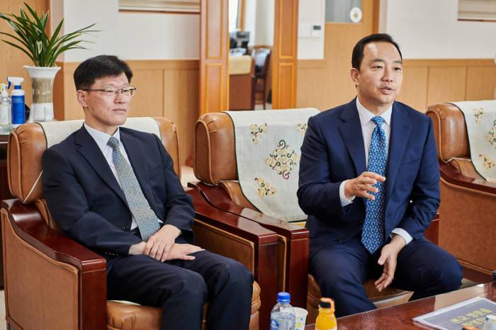 서울 세명컴퓨터고에서 장화진 한국IBM 대표(오른쪽)와 유두규 세명컴퓨터고 교장이 인터뷰에 임하고 있습니다. 한국IBM 제공