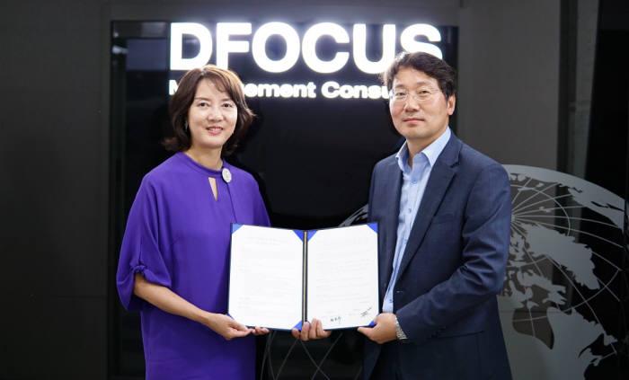 이영 테르텐 대표와 선은두 디포커스 대표가 가상화 보안 시장 확대를 위한 MOU를 교환했다.