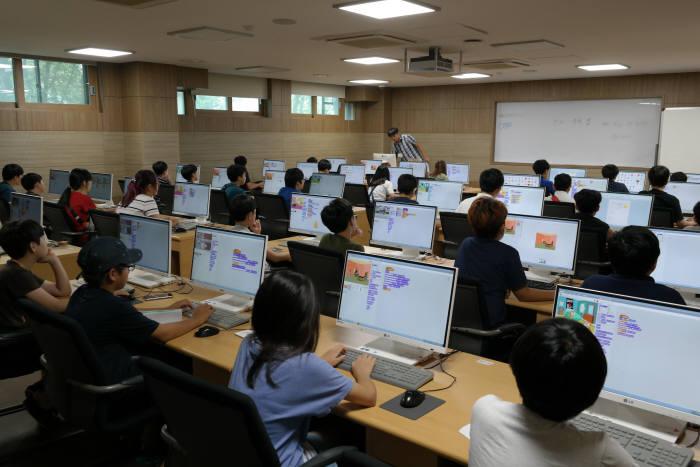한국에듀테크산업협회가 지난해 개최한 메이커&코딩 경진대회 모습