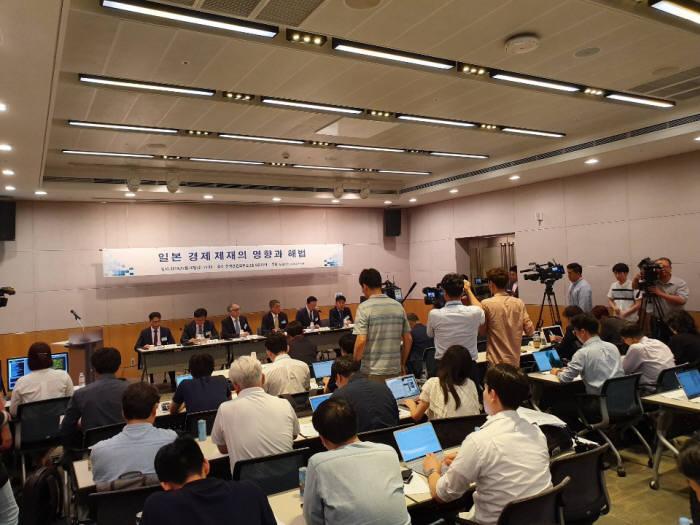 10일 서울 여의도 전경련회관에서 열린 일본 경제제재의 영향과 해법 세미나에서 패널 토론자들이 발언하고 있다.
