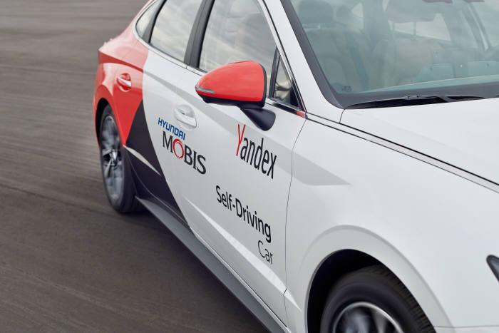 현대모비스와 얀덱스가 스마트 모빌리티 디바이스인 신형 쏘나타를 기반으로 구성한 완전자율주행 플랫폼의 모습. 양사는 올 연말까지 자율주행 플랫폼 차량을 100대까지 확대해 러시아 전역에서 로보택시 서비스를 시범적으로 선보일 예정이다. (제공=현대모비스)