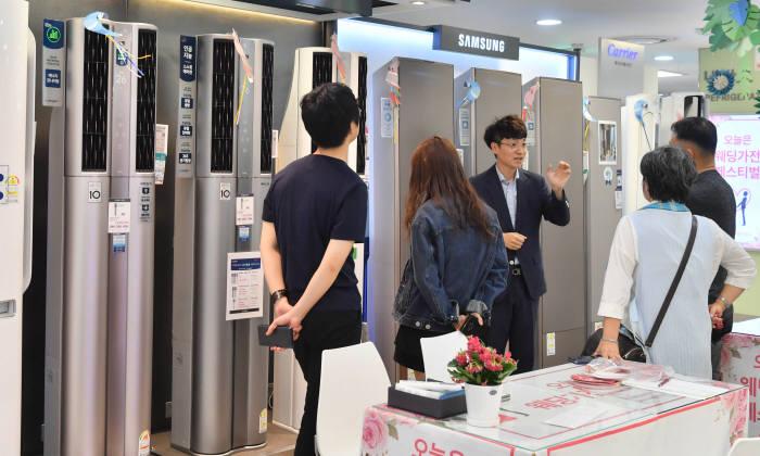롯데하이마트에서 고객들이 에어컨 등 냉방가전을 살펴보고 있다.