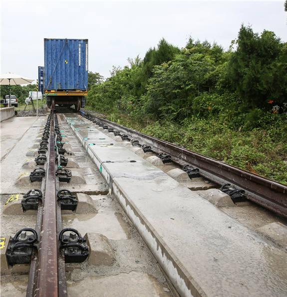 일탈방호시설에서 탈선 열차 방호성능을 시험하는 모습