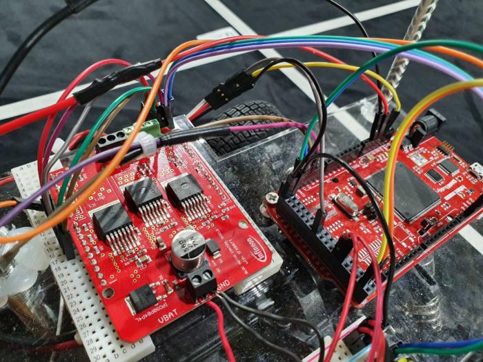 학생들이 모형차 조립에 활용한 인피니언 MCU와 보드.