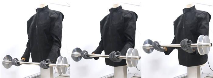어떤 기계장치도 없는 마네킹이 의복형 웨어러블 로봇 작동만으로 4kg 바벨을 들어올리는모습