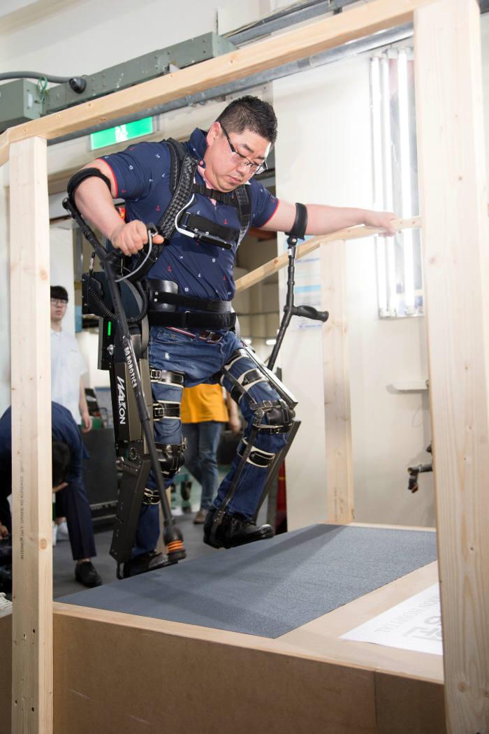 다리 완전마비 장애가 있는 김병욱 사이배슬론 선수가 보행 보조용 생체공학 로봇 장비 워크온슈트를 착용한 채 걷고 있다.
