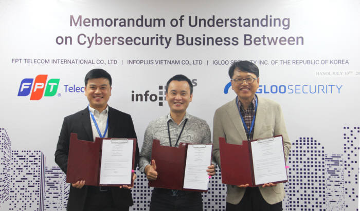 김민호 인포플러스 대표(사진 왼쪽), Tran Hai Duong FPT 텔레콤 인터내셔널 총괄부사장 (가운데), 이득춘 이글루시큐리티 대표(사진 오른쪽)가 베트남 하노이 소재의 FPT 텔레콤 인터내셔널에서 보안관제 사업 진행을 위한 양해각서를 교환하고 기념촬영을 하고 있다