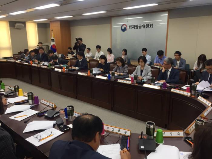 최저임금위원회 회의 모습.