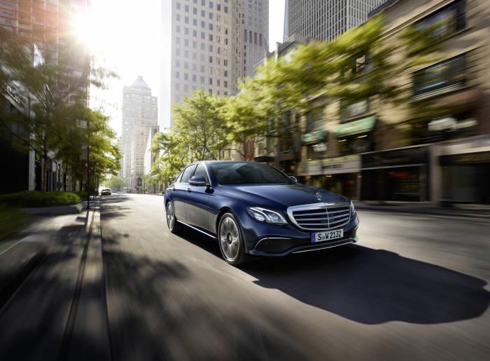 메르세데스-벤츠코리아가 여름철을 맞아 고객들이 안전하게 차량을 이용할 수 있도록 여름맞이 서비스 캠페인을 실시한다.