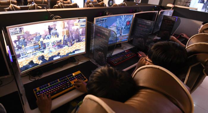 게임 유통·e스포츠 新무대…다시 붐비는 'PC방'