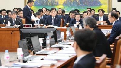 손혜원 부친에 막힌 정무위…'P2P 등 금융법' 산적한데 또 파행
