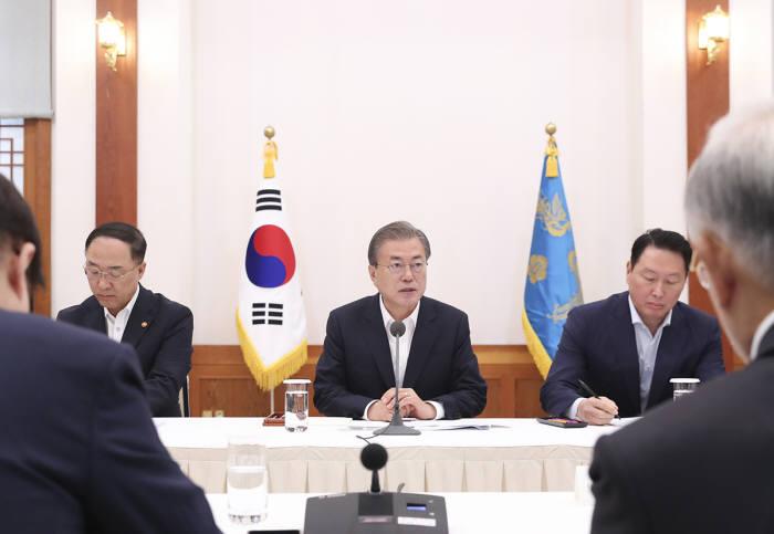 문재인 대통령이 일본 수출 규제 관련 기업인과 대화를 하는 모습