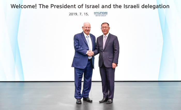 레우벤 리블린(왼쪽) 이스라엘 대통령과 정의선 현대자동차그룹 수석부회장이 15일 경기도 화성시 현대·기아차 기술연구소에서 만나 악수하고 있다.