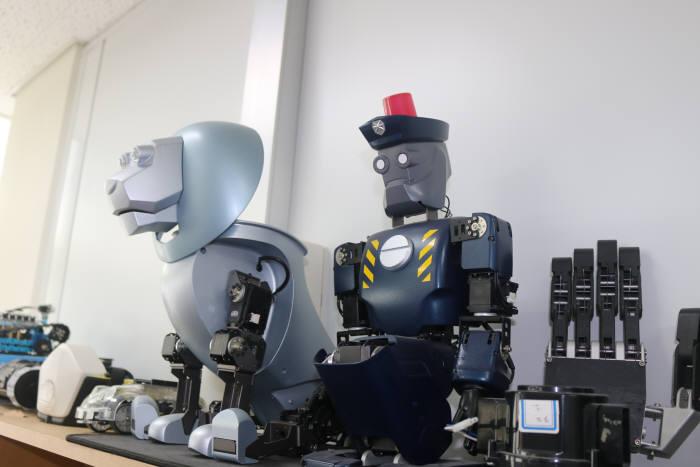 로봇앤모어가 개발한 프로토 타입 로봇