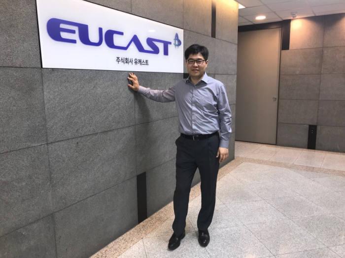 김재형 유캐스트 대표가 세계 최초 5세대(5G) 이동통신 상용화에 핵심 역할을 한 실무 유공자 10명에게 수여하는 과학기술정보통신부 장관 표창장을 받았다.