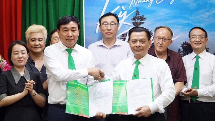 이방우 에스앤케이모터스 회장과 호휘 마이린그룹 회장이 협약을 체결했다.
