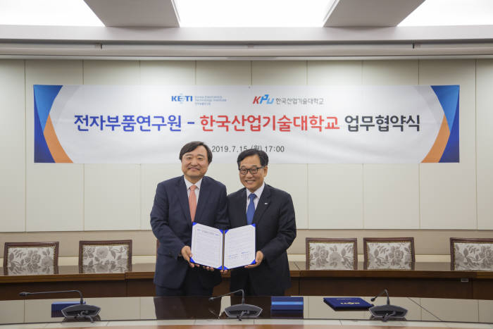 김영삼 전자부품연구원 원장(오른쪽)과 안현호 한국산업기술대학교 총장이 15일 업무협약 체결 후 포즈를 취하고 있다.