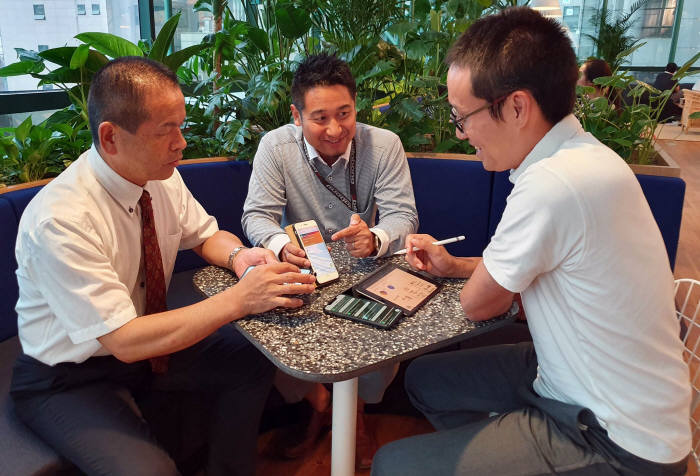 방한한 일본 교토교육대 부설 모모야마초 교사들이 서울소재 한 초등학교 수업 참관 직후 클래스팅을 활용한 수업방안을 논의하고 있다. 클래스팅 제공