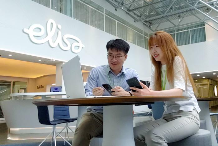 LG유플러스가 핀란드 1위 유무선 통신사 엘리사와 5G 로밍 서비스를 19일부터 제공한다. LG유플러스 직원이 핀란드 헬싱키에서 5G로밍 서비스를 테스트하고 있다.