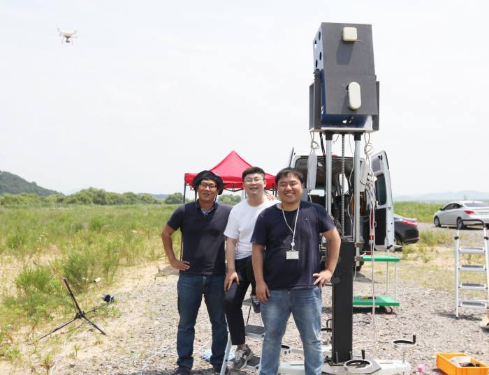 DGIST 가 원거리 초소형 드론을 추적할 수 있는 레이더 기술을 개발했다. 사진은 DGIST 협동로봇융합연구센터 오대건 연구원팀이 레이더 시연 후 기념촬영하고 있다. 왼쪽부터 최병길 연구원, 김문현 연구원, 오대건 선임연구원.