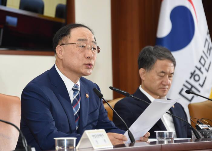 홍남기 경제부총리 겸 기획재정부 장관이 경제활력대책회의 겸 경제관계장관회의에서 발언하고 있다.