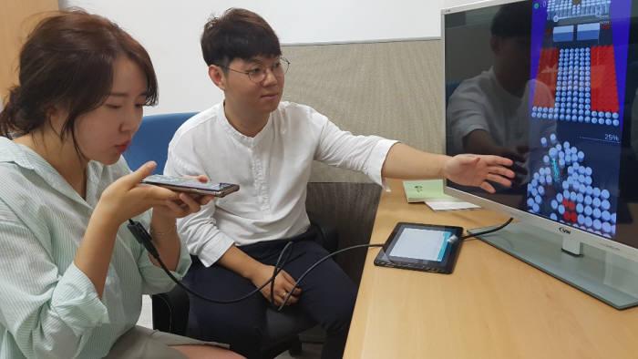 김경태 소니스트 대표(오른쪽)가 모바일 기반 호흡 재활 운동시스템을 시연하는 모습.