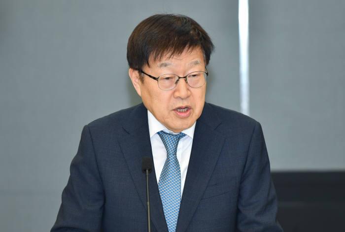 김영주 한국무역협회장이 17일 서울 강남구 트레이드타워에서 열린 통상전략 2020 발표 오찬간담회에서 글로벌 통상환경의 변화에 대해 설명하고 있다.