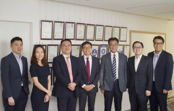 정철 나무기술 대표(왼쪽에서 네 번째)와 아콘소프트 김진범 대표, 이준원 싱가포르거래소(SGX) 이사 등을 비롯한 관계자들이 미팅후 기념촬영을 하고 있다. 나무기술 제공