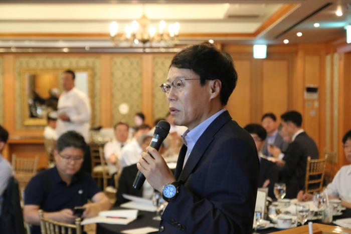 박재근 한양대 교수가 17일 서울 논현동 임페리얼팰리스 호텔에서 열린 i-CON 세미나에서 발표하고 있다.