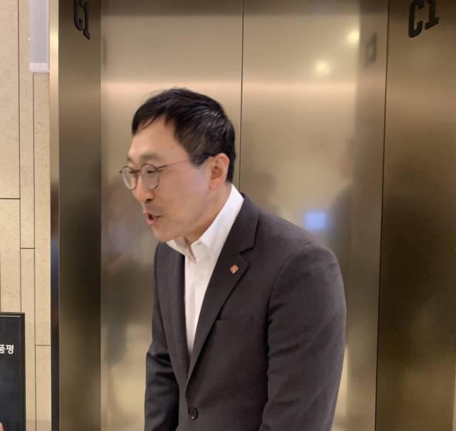 배우진 에프알엘코리아(한국 유니클로) 대표가 17일 오후 서울 송파구 롯데월드타워에서 진행된 사장단 회의를 마치고 취재진의 질문에 답하고 있다.
