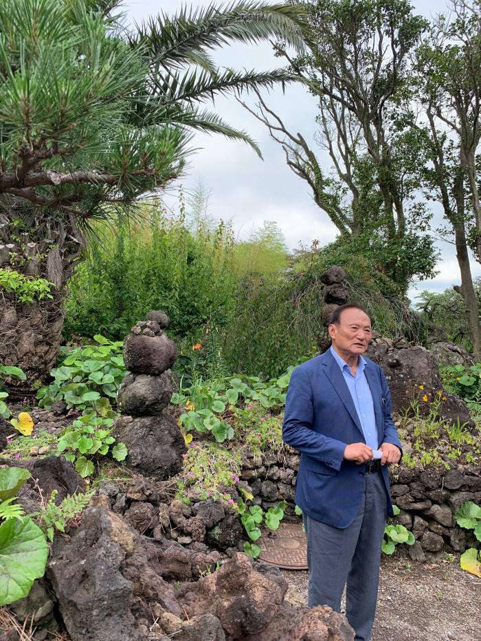 김동규 대표가 노리매공원 내부 꽃나무 및 경관 조성에 대해 설명하고 있다.
