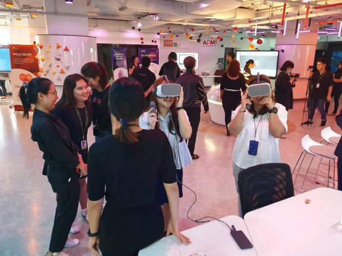 태국 AIS 전시관에서 관람객들이 바스타라이브 VR을 시연하고 있다.