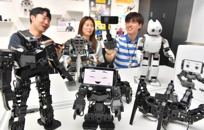 로봇솔루션 전문기업 로보티즈는 차세대 다관절 로봇키트인 로보티즈 엔지니어 키트1(ROBOTIS ENGINEER KIT1)을 22일 출시한다. 전자제어, AI, 3D프린팅, 코딩, 카메라 비전처리와 메니퓰레이션 등 4차 산업혁명 시대의 미래 산업현장에서 요구되는 기술 융합 학습에 적합한 솔루션이다. 19일 서울 마곡동 로보티즈에서 연구원들이 제품을 최종 시연하고 있다. 박지호기자 jihopress@etnews.com